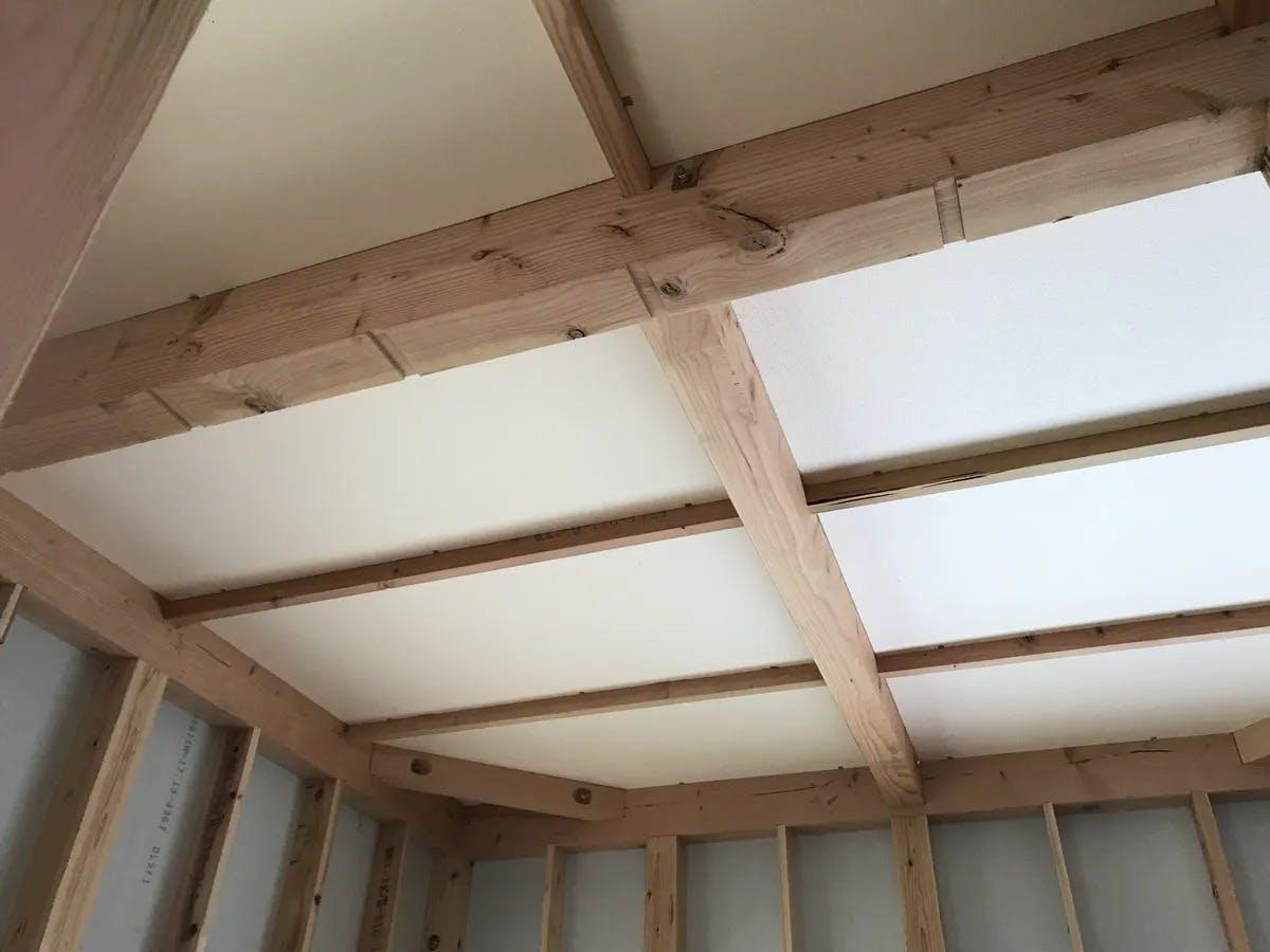 天井桁間にパイナルフォームを施工しています。