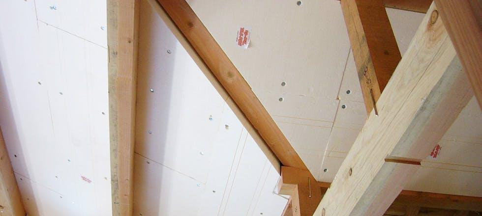 パイナルフォーム母屋間断熱施工写真。屋根勾配に合わせてプレカットすることで、隙間なく施工することができます。