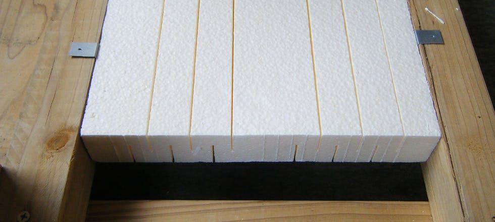 パイナルフォーム床根太間断熱施工写真。スリット加工を施すことで隙間なく収まります。間崩れにもや、特殊な根太幅にも対応致します。