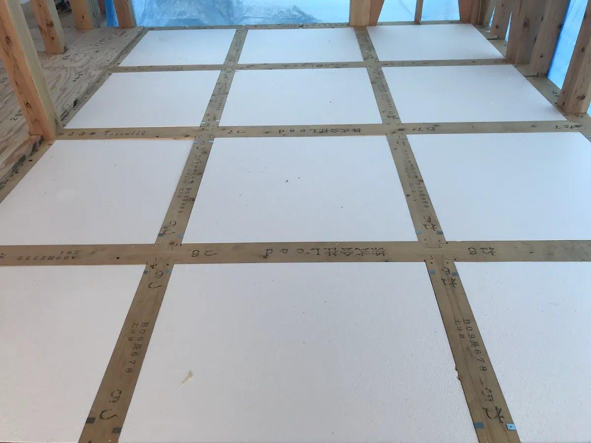 土台伏時に剛床用パイナルフォームを施工しています。