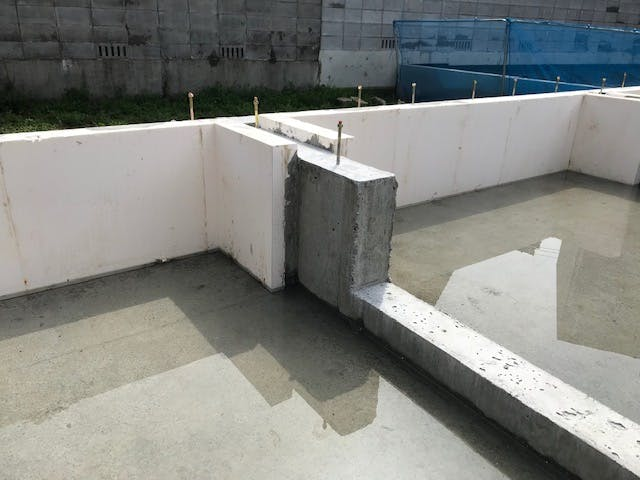 パイナルフォーム基礎断熱施工写真。基礎の高さにカットして納品いたします。基礎打設は外で行うためゴミの飛散防止に気を使いますが、パイナルフォームはカットされているのでゴミが出ません。