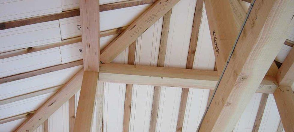 屋根タルキ間断熱施工写真。タルキの内法寸法にカットしたパイナルフォームです。厚みもタルキ成に合わせてご用意いたします。