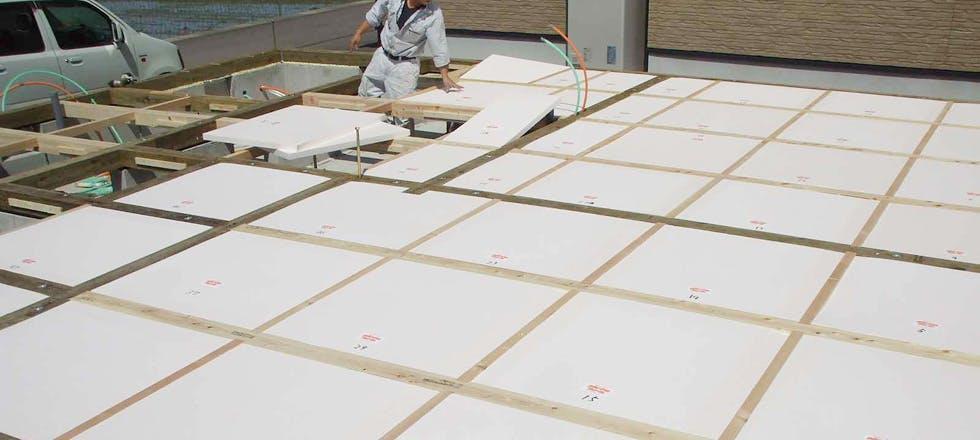 パイナルフォーム根太レス床、剛床断熱施工写真。土台伏図より拾い出した寸法にプレカットして納めるため現場ではほとんど加工することなく作業ができます。