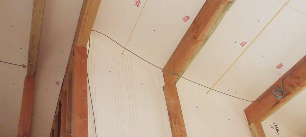 パイナルフォーム母屋間、妻壁断熱施工写真。妻壁の勾配に合わせてカットされたパイナルフォームです。母屋間断熱材とあわせることで隙間なく施工できます。